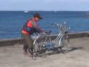 自転車から荷物を降ろす小